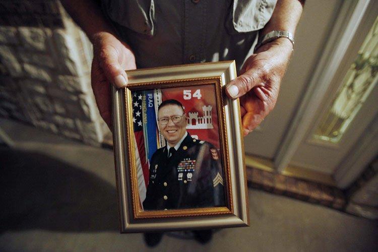 Un portrait de John Russell tenu par son... (Photo: Reuters)