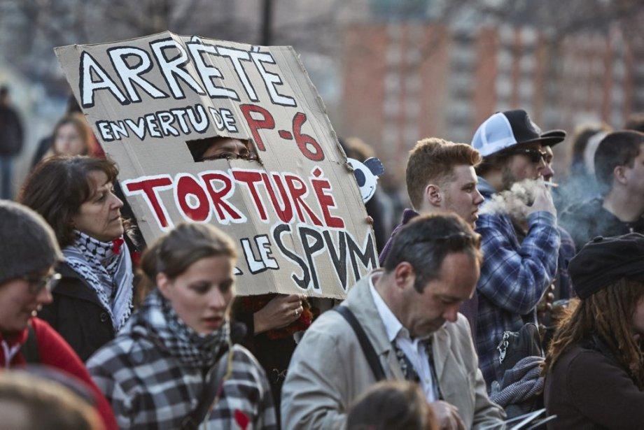 Une manifestation contre la règlement P-6, qui interdit le port du masque et oblige de fournir un itinéraire au SPVM, a eu lieu lundi après-midi devant l'hôtel de ville de Montréal. | 22 avril 2013