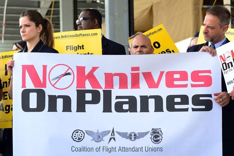 Des agents de bord ont manifesté à l'aéroport... (Photo: Reuters)