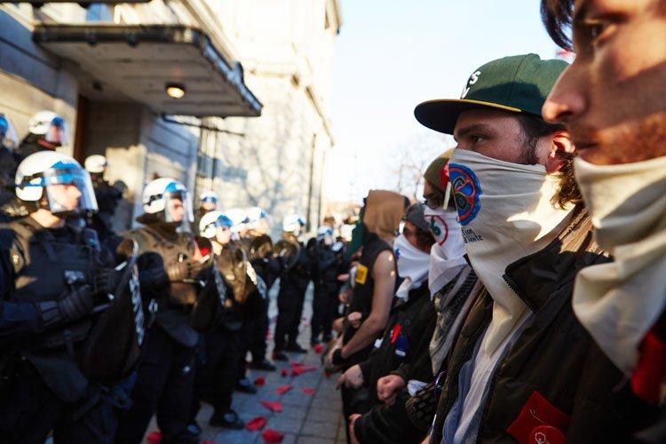 Des militants ont manifesté devant l'hôtel de ville... (Photo: Ulysse Lemerise, Collaboration spéciale)