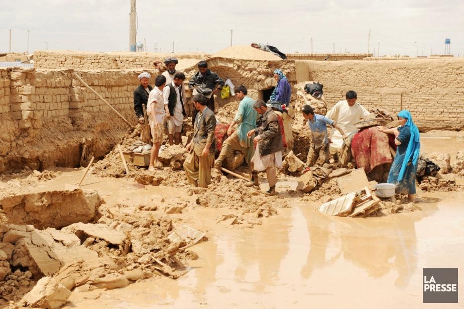 Des résidants de la province deMazâr-e Charîf aident... (PHOTO FARSHAD USAYAN, AFP)