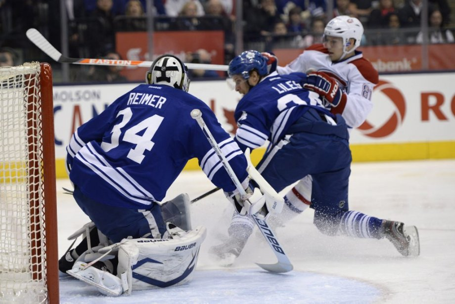 John-Michael Liles bloque Lars Eller qui veut se rendre à James Reimer. (Photo Frank Gunn, La Presse Canadienne)