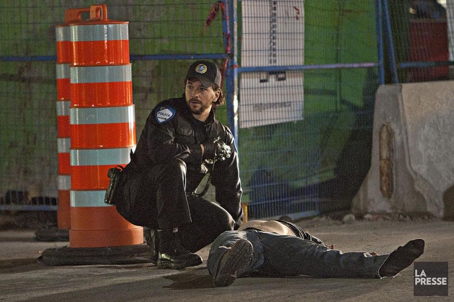 Un policier intervient sur les lieux de l'accident.... (Photo: Félix-Olivier Jacques Fournier, collaboration spéciale)