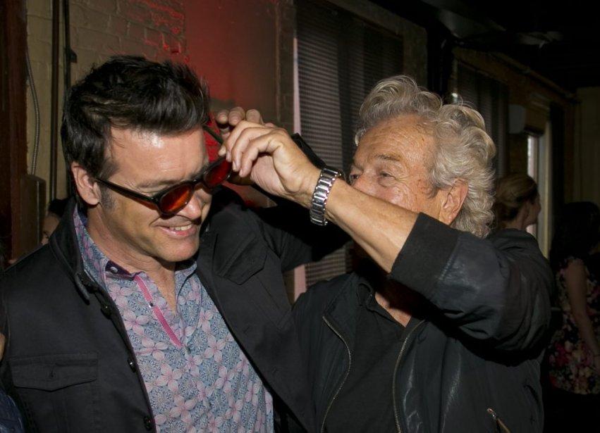 Jamais sans ses lunettes! Une des rares fois où Luc Plamondon ne porte pas ses célèbres lunettes noires. À la blague, il les a prêtées à Roch Voisine. Le parolier était honoré que Maurane et Isabelle Boulay enregistrent la chanson La complainte de la serveuse automate, de Starmania. | 30 avril 2013