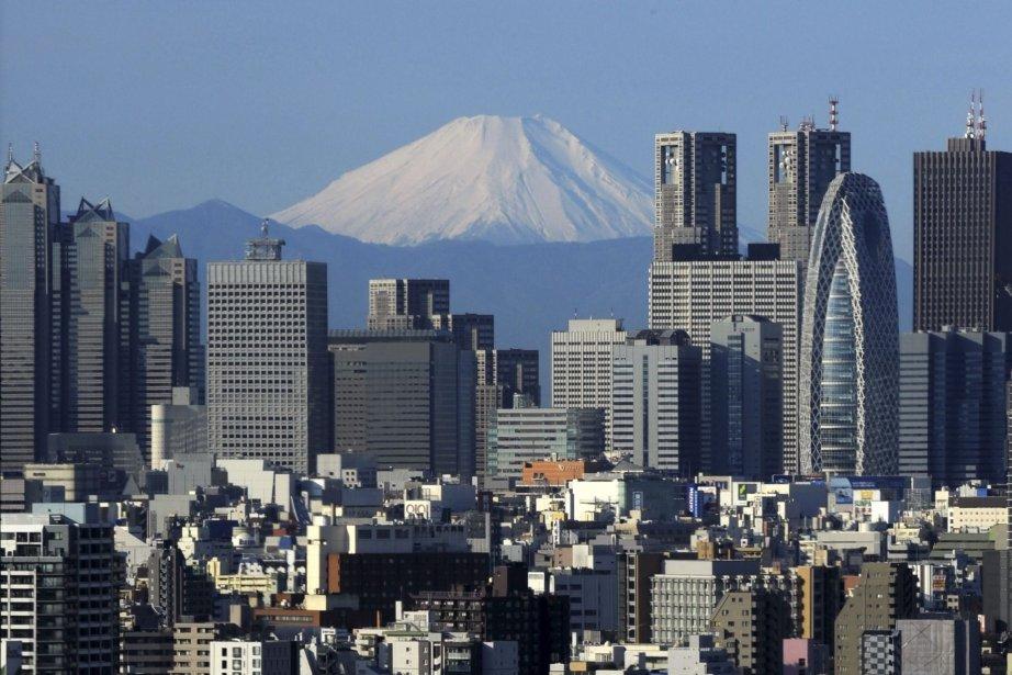 Le Mont Fuji, visible derrière les gratte-ciel.... (Photo AFP)