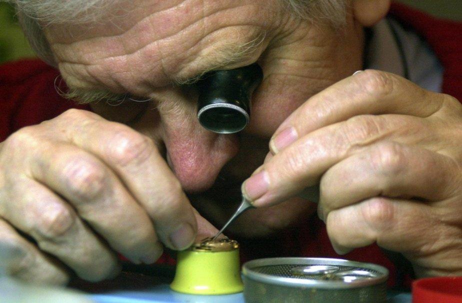 Un horloger répare une montre Philip Clarke à... (Photo Darrel Oake, La Presse Canadienne)