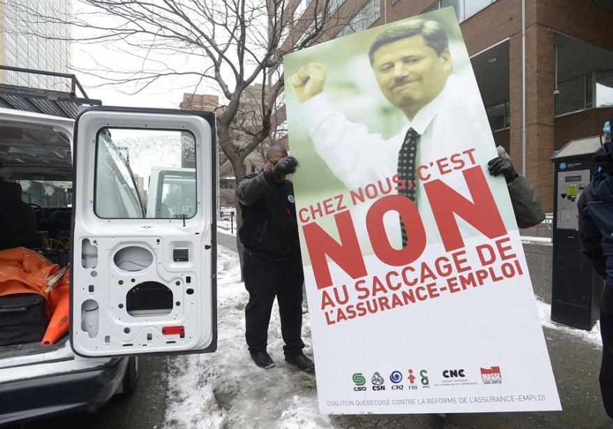 Des bénévoles sortent des pancartes dénonçant la réforme... (Photo Graham Hughes, La Presse Canadienne)