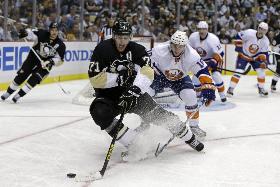 Evgeni Malkin, des Penguins, contrôle la rondelle devant... (Photo Gene J. Puskar, AP)