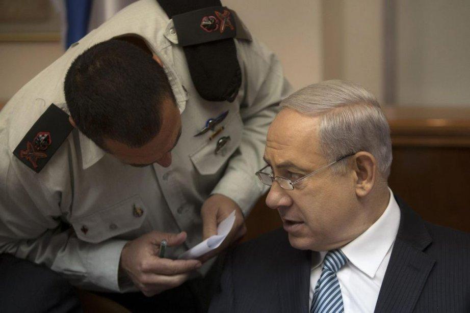 Benyamin Nétanyahou et sonaide-de-camp Eyal Zamir.... (Photo Reuters)
