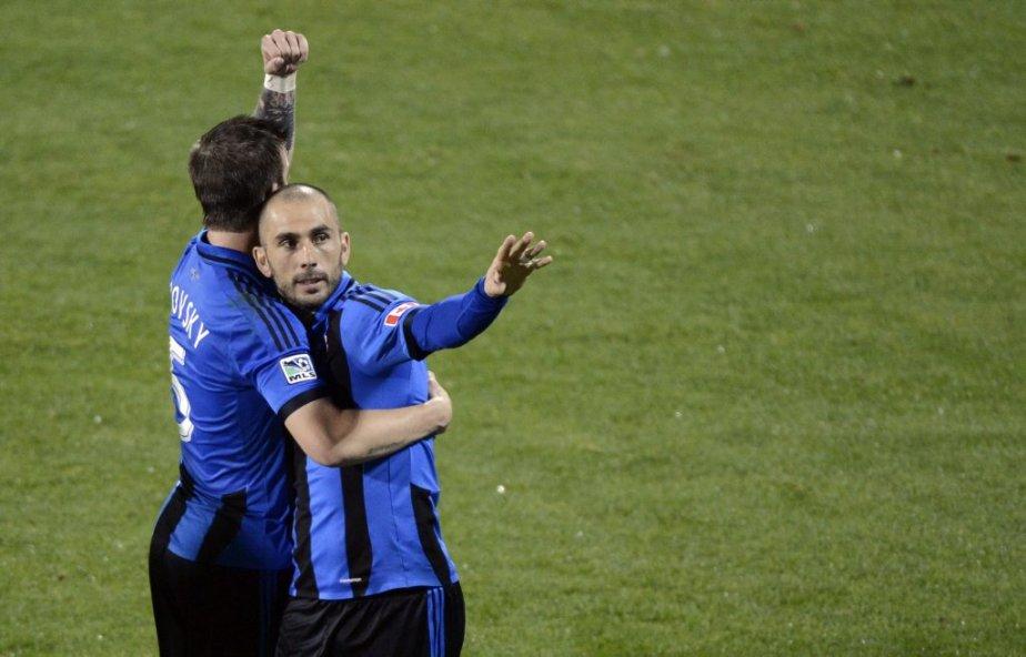 Marco Di Vaio (à droite) a participé au festin en marquant deux buts dans la victoire. | 2 mai 2013