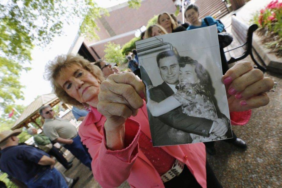 Une admiratrice, Margie Lee, montre une photo datant... (Photo: AFP)