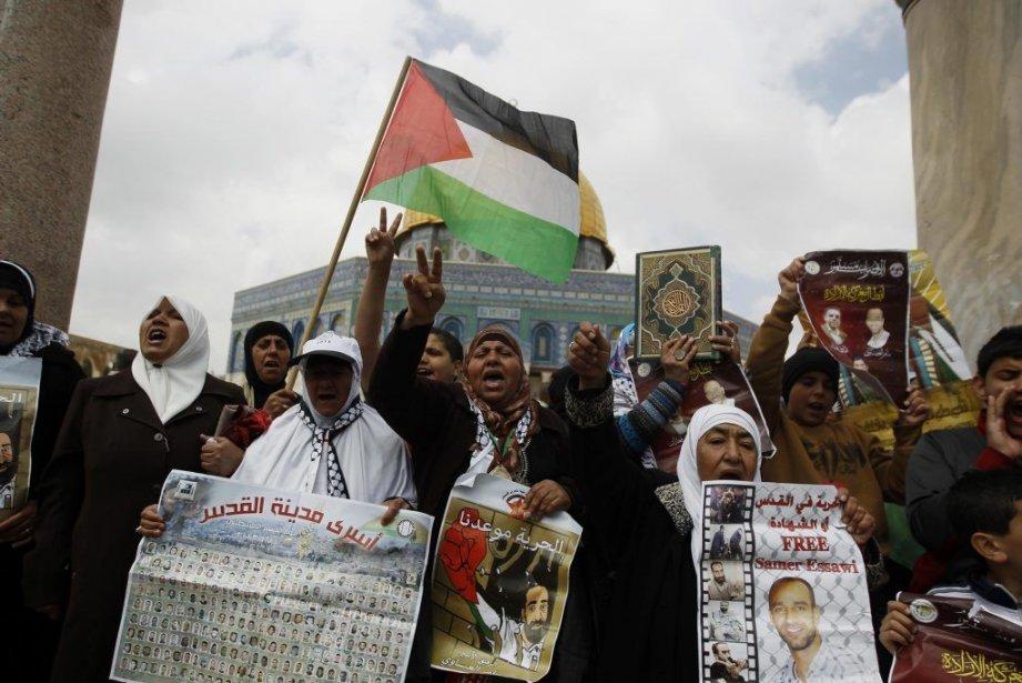 Des Palestiniens protestent pour la libération de prisonniers... (PHOTO AMMAR AWAD, REUTERS)