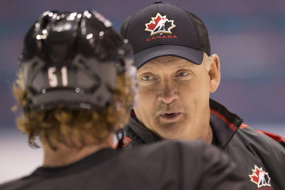 L'entraïneur de l'équipe canadienne discute avec le défenseur... (Photo Jacques Boissinot, La Presse Canadienne)