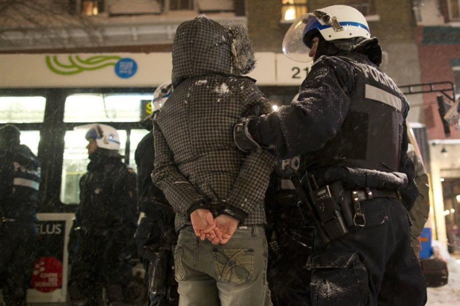 Arrestation d'un manifestant au coin des rues Saint-Laurent... (Photo Olivier Jean, La Presse)