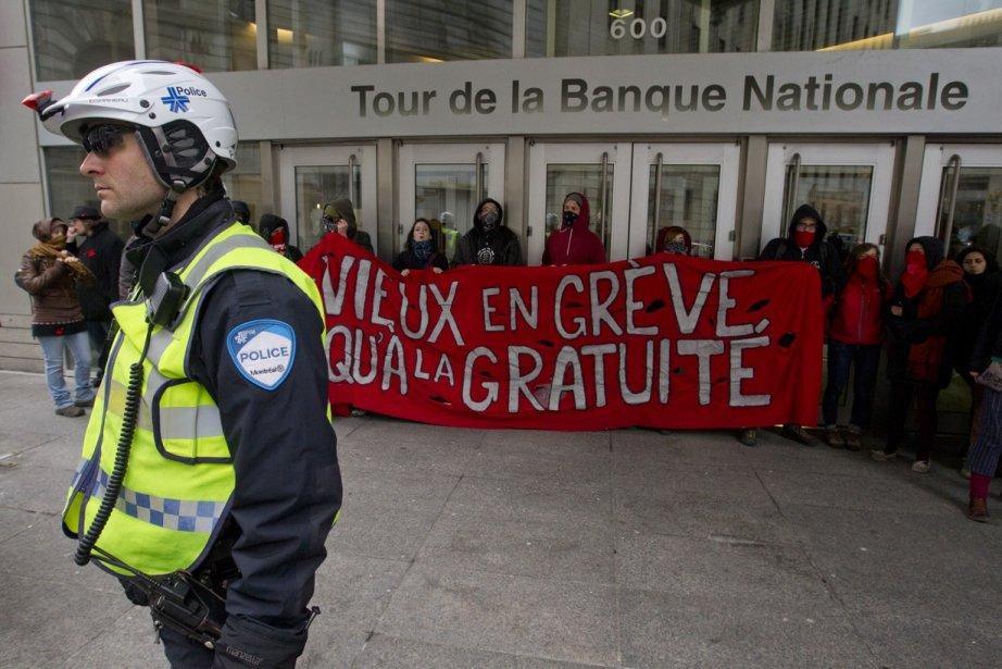 Manifestation d'étudiants à la Tour de la Bourse... (Photo Ninon Pednault, La Presse)