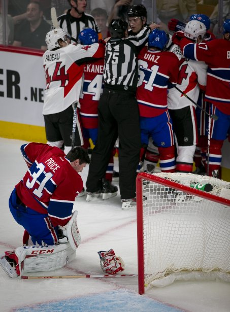 Le gardien du Canadien de Montréal Carey Price (31) se relève après avoir été frappé à la tête. | 3 mai 2013