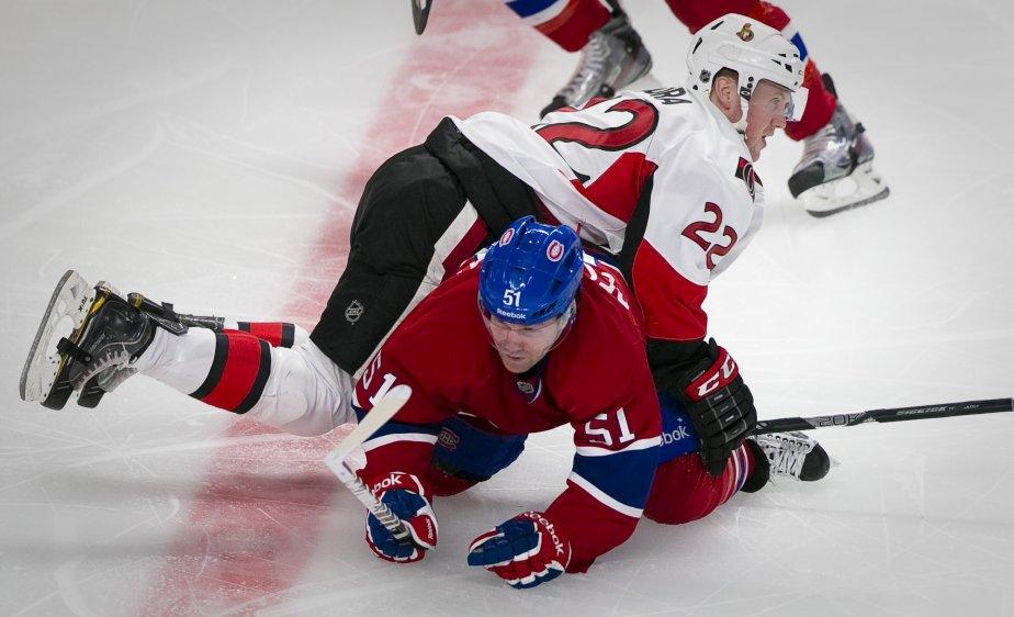David Desharnais (51) du Canadien de Montréal sous le joueur des Sénateurs Erik Condra (22). | 3 mai 2013