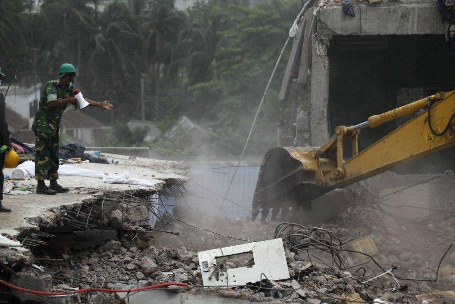 Une quinzaine de corps ont été récupérés dans... (Photo Andrew Biraj, Reuters)