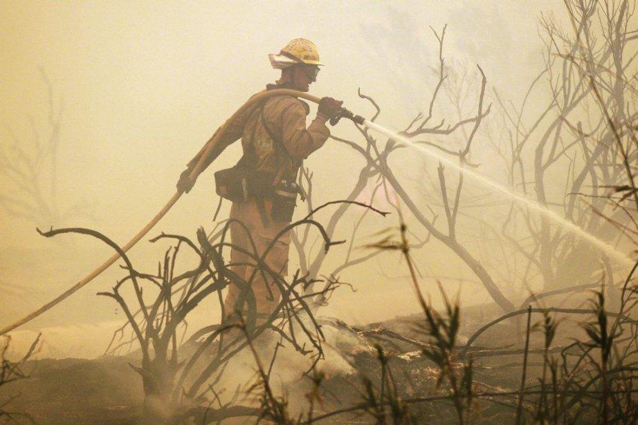 Au total, quelque 1900 pompiers --dont certains venant... (PHOTO ROBYN BECK, AFP)