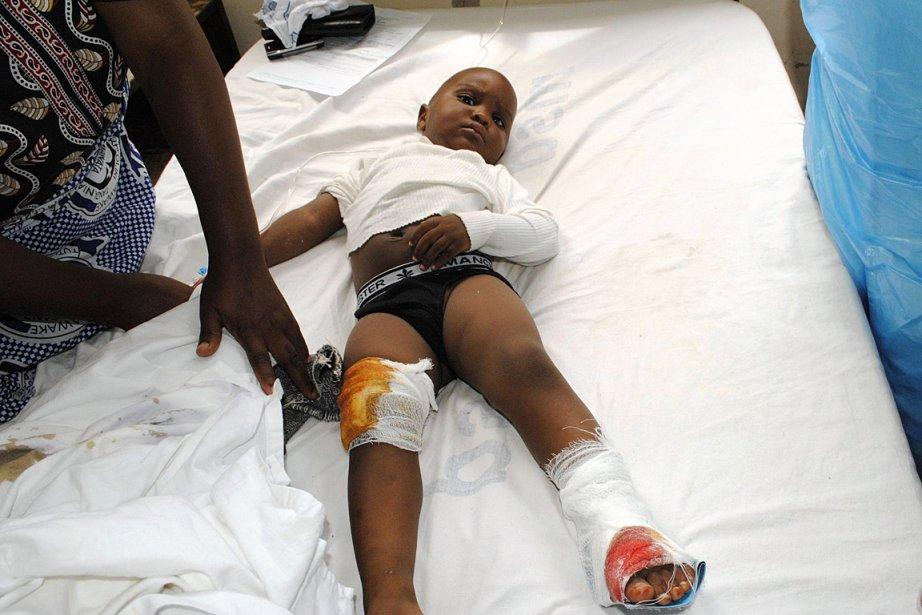Un enfant est traité pour ses blessures dans... (Photo: Reuters)