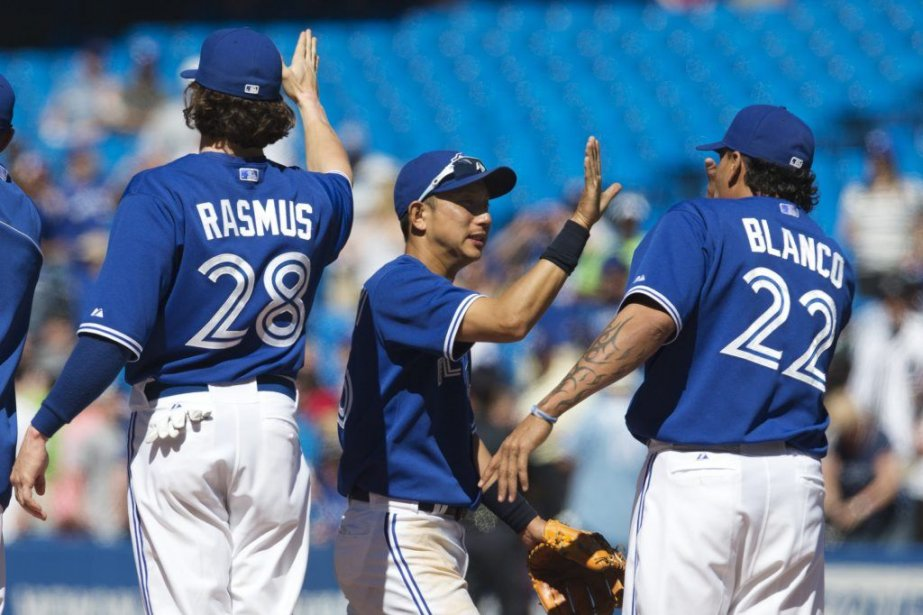 Munenori Kawasaki (au centre) célèbre la victoire avec... (PHOTO MARK BLINCH, REUTERS)
