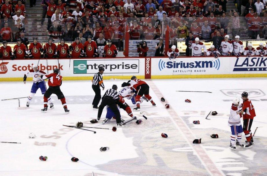 Plusieurs combats sont disputés au centre de la glace en troisième période. (PHOTO CHRIS WATTIE, REUTERS)