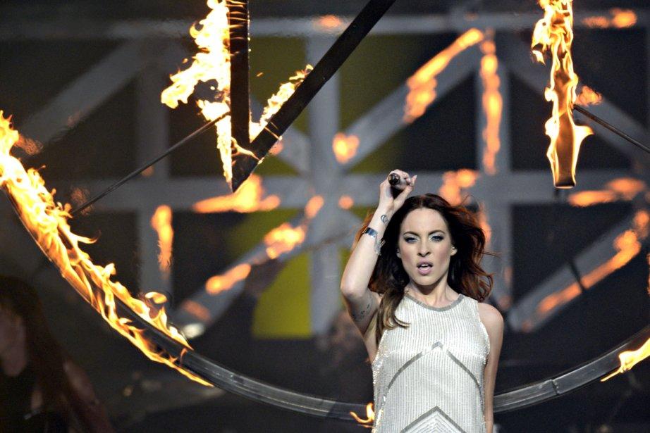Empoignant une torche, Marie-Mai a allumé un anneau... (Photo: Bernard Brault, La Presse)