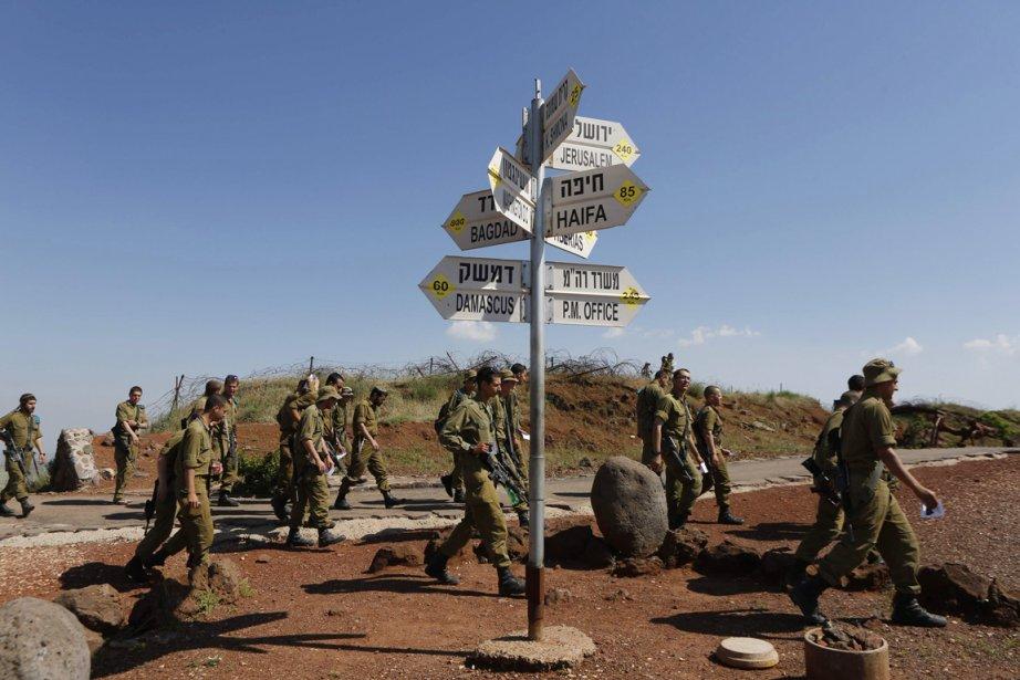 Des soldats israéliens marchent sur le mont Bental,... (PHOTO BAZ RATNER, REUTERS)