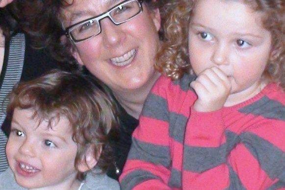 Nathalie Courville et ses deux enfants.... (Photo fournie par l'auteure)