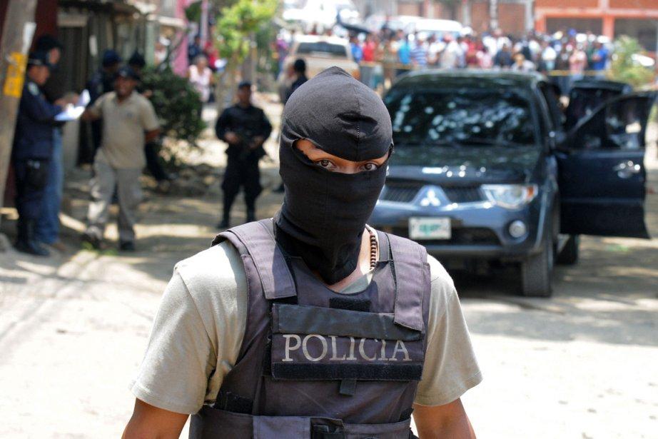 Un policier hondurien sur le lieu d'un crime... (Photo Orlando Sierra, AFP)