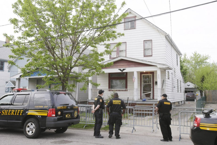 Des policiers montent la garde, le 7 mai,... (PHOTO TONY DEJAK, AP)