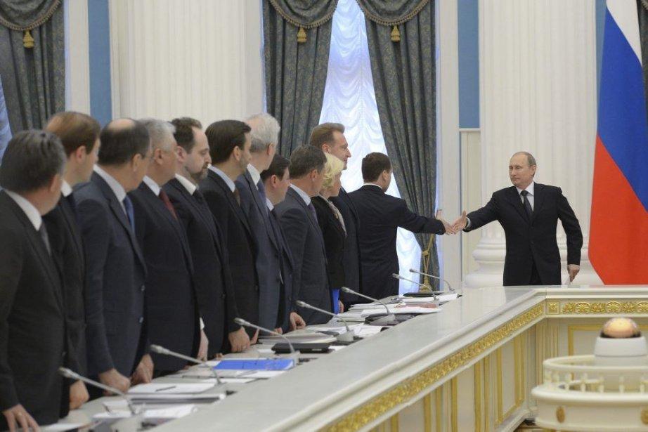 Vladimir Poutine (à droite) serre la main de... (Photo Alexander Astafyev, Agence France-Presse)