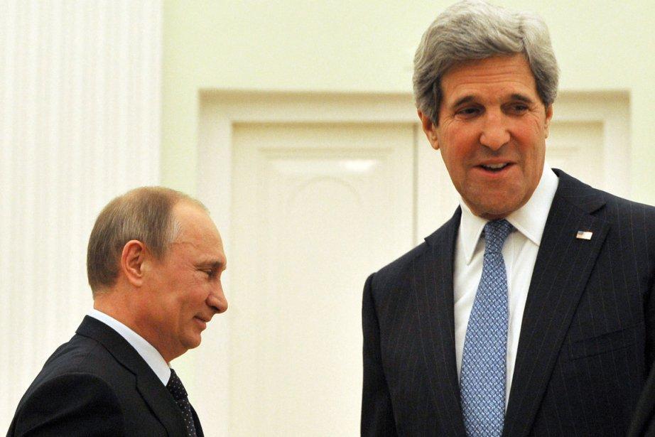 Le secrétaire d'État américain John Kerry (à droite)... (AFP)