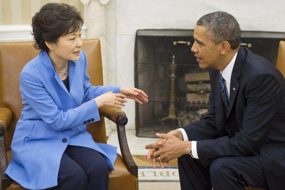 La nouvelle présidente sud-coréennePark Geun-hye s'entretient avec son... (PHOTO SAUL LOEB, AFP)