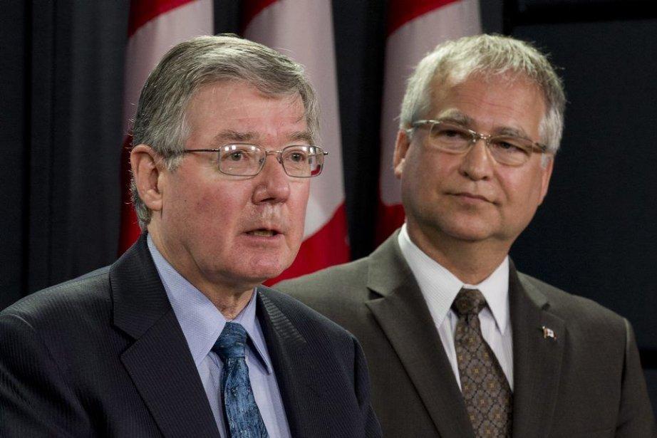 Le président du CNRC, John McDougall, et le... (Photo Adrian Wyld, La Presse Canadienne)