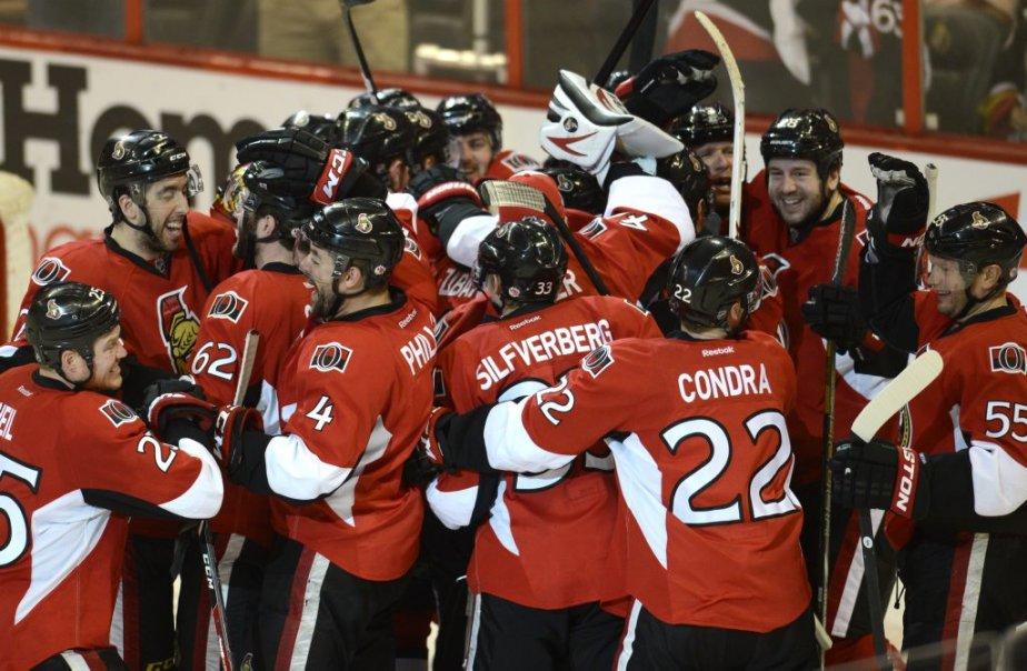 Les Sénateurs d'Ottawa se réjouissent de leur victoire en prolongation. (Photo Bernard Brault, La Presse)