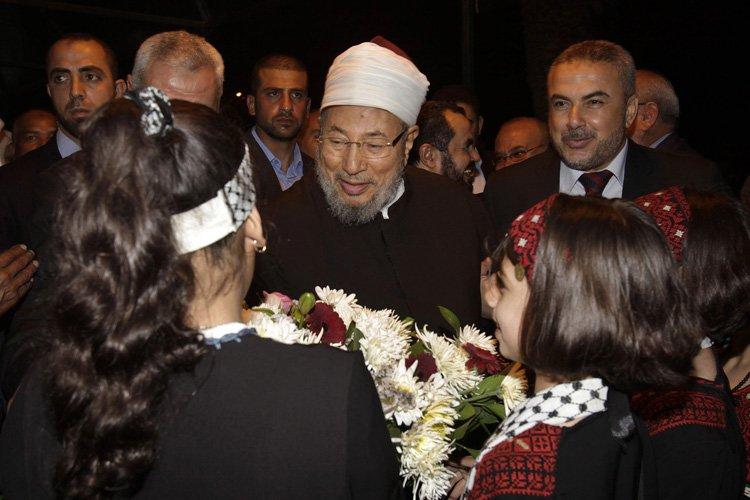 Youssef al-Qaradaoui a reçu des fleurs à son... (Photo: Reuters)
