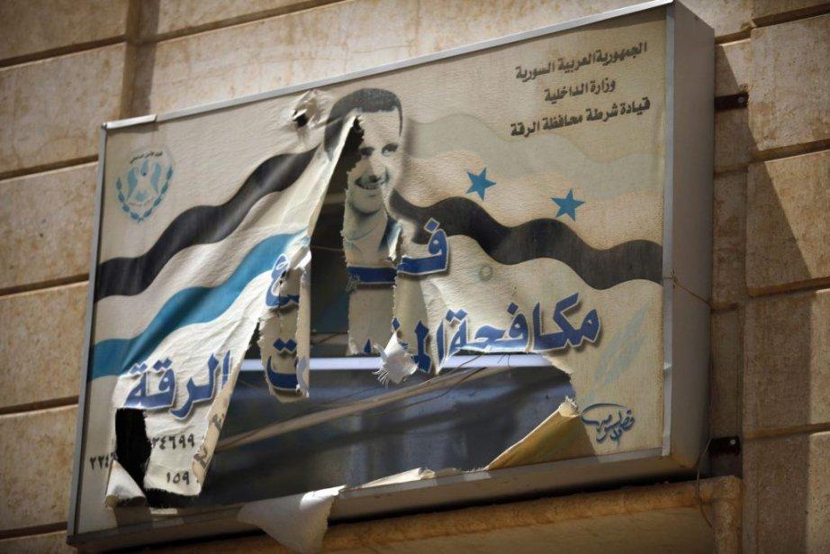 Affiche déchirée du président de la Syrie, Bashar... (Photo Hamid Khatib, Reuters)