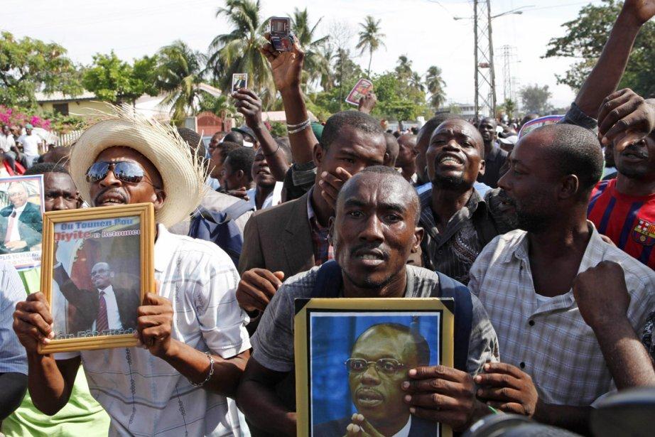 Des partisans de l'ex-président haïtien ont manifesté devant... (PHOTO MARIE ARAGO, REUTERS)