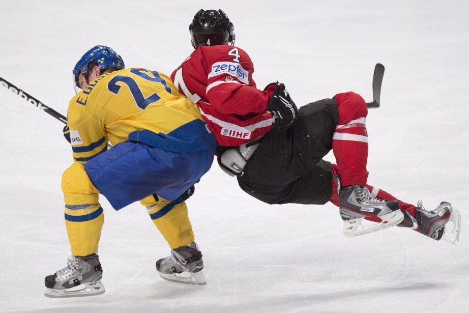 Taylor Hall entre en collision avec le joueur... (Photo Jacques Boissinot, La Presse Canadienne)