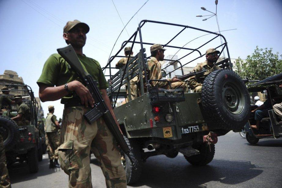 Des soldats montent la garde devant un bureau... (Photo AFP)