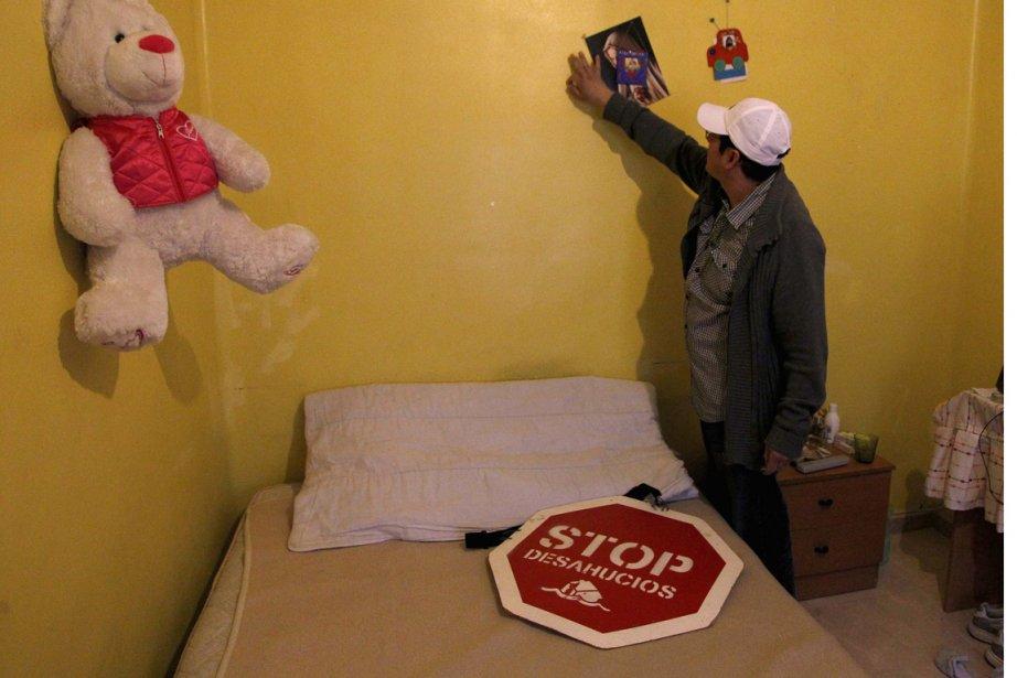 Un homme replace une photo sur le mur... (Photo Heino Kalis, Reuters)