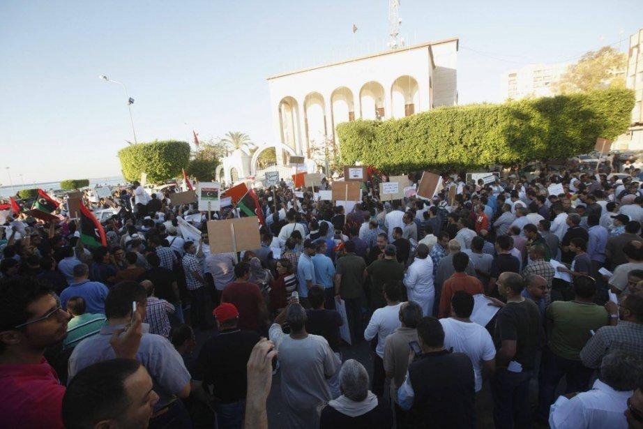 Plusieurs centaines de manifestants étaient rassemblés vendredi soir... (Photo ISMAIL ZITOUNY, REUTERS)
