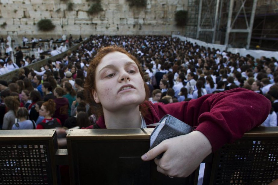 Une femme tente d'avoir une meilleure vue du... (Photo Bernat Armangue, AP)