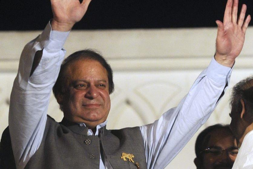 L'ex-premier ministre Nawaz Sharif salue ses partisans à... (Photo Arif Ali, AFP)
