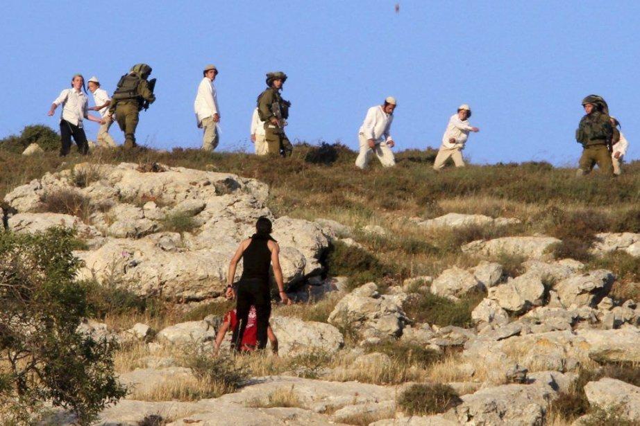 Des villageois palestiniens et des colons israéliens se... (PHOTO JAAFAR ASHTIYEH, AFP)