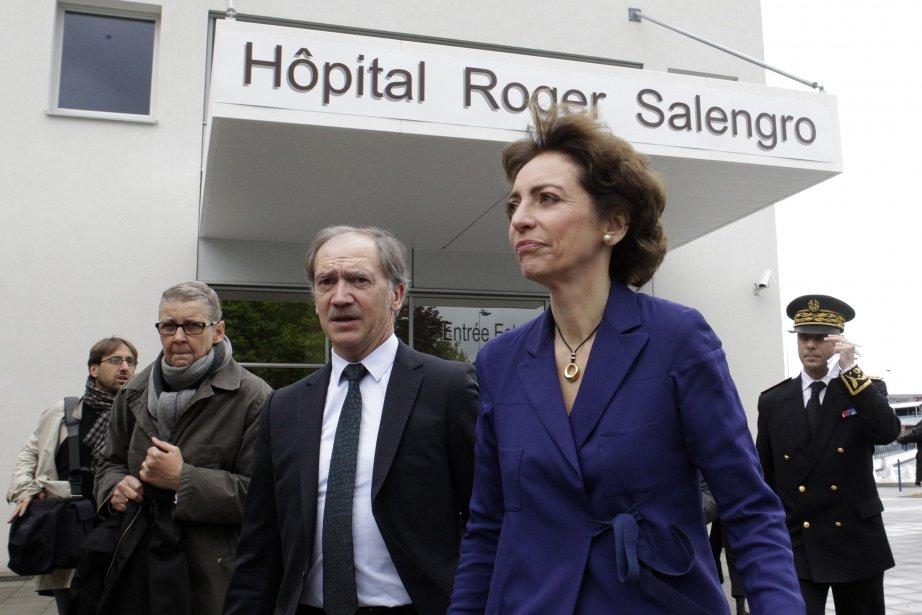 La ministre de la SantéMarisol Touraine quittant l'hôpital... (Photo Pascal Rossignol, Reuters)
