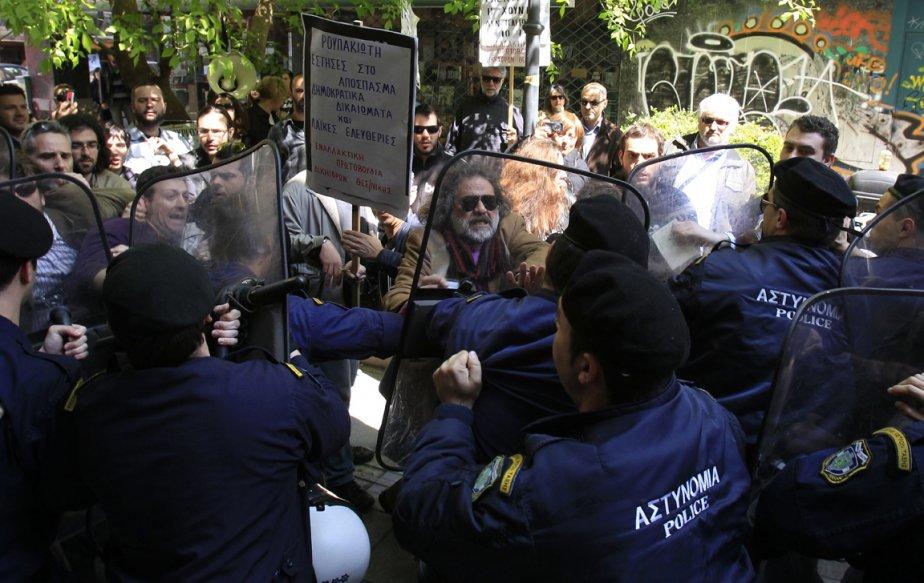 Huit hommes de la police antiémeutes et une... (Photo Nikolas Giakoumidis, AP)