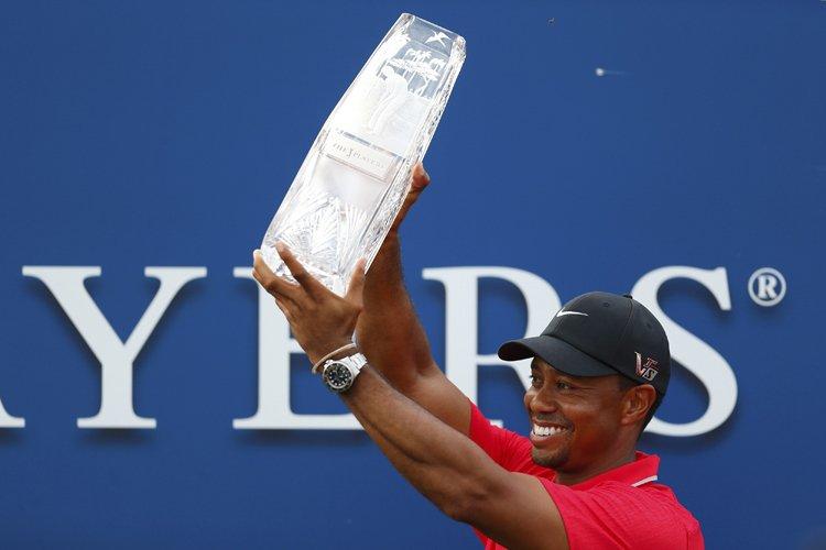 Tiger Woods brandit le trophée du vainqueur après... (Photo: Reuters)