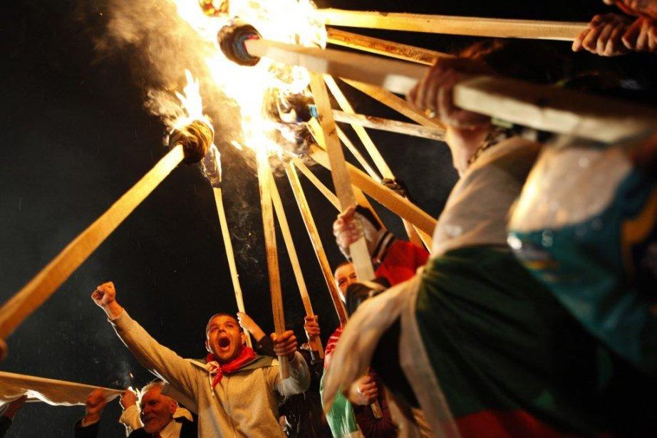Des protestants manifestent avec des torches devant le... (PHOTO PIERRE MARSAUT, REUTERS)